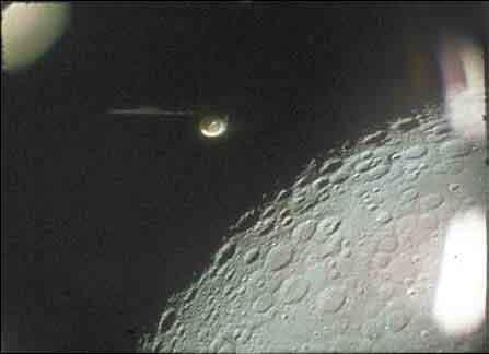 Ein UFO im Mondorbit von der NASA aufgenommen.